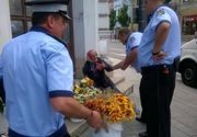 Imaginea care i-a revoltat pe internauti! O batrana care vindea flori, ridicata de politisti de pe o strada din Cluj-Napoca