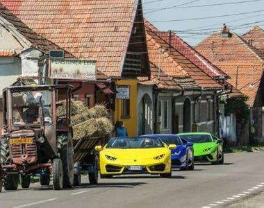 Trei Lamborghini, fotografiate asteptand in coloana dupa un tractor. Fotografia e...