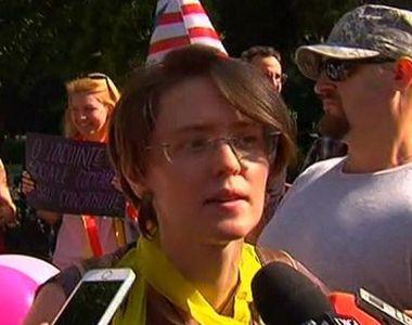 Petrecere monstru, cu baloane, coifuri si masti in fata Primariei Capitalei:...