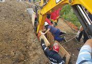 Ingrozitor. Un tanar din Prahova, inghitit de pamant in timp ce lucra la o canalizare - Pompierii s-au chinuit ore intregi sa il salveze