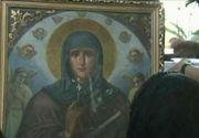 "Icoana Sfintei Parascheva de la Targoviste ""plange"". Un preot si mai multi enoriasi sustin ca au vazut miracolul."
