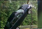 Incident socant! Natura s-a dezlantuit si a suspendat o masina, in care se afla o mama si doi copii