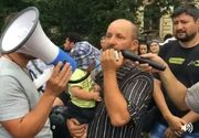 """Familia naste si isi creste copiii, nu statul"". Aproximativ 150 de persoane manifesteaza in Piata Victoriei impotriva proiectului Legii vaccinarii"