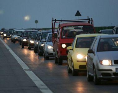 Traficul pe A2, blocat in urma unui accident; o autoplatforma a luat foc