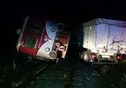 Dezastru! Un tren din Valcea a deraiat, dupa ce un tir s-a prabusit de pe sosea pe calea ferata. O persoana este ranita