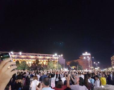 Peste 3.000 de oameni au manifestat in Piata Victoriei, fata de modificarile din...