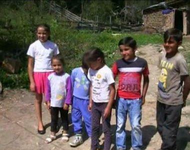 Povestea unei familii cu sase copii, condamnata sa traiasca intr-o casa din pamant:...