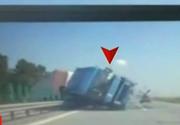 Imagini de cosmar de pe Autostrada Soarelui - Un TIR a facut prapad in calea sa - Totul a fost filmat minut cu minut