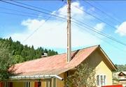 Asa ceva doar in bancuri vezi - O familie din Neamt are un stalp de electricitate in casa - Cum a fost posibil asa ceva si cum urmeaza sa se remedieze situatia?