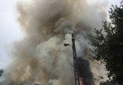 Incendiu puternic la un depozit de deseuri electrocasnice de la marginea orasului Timisoara! Politistii se lupta sa ii tina pe curiosi la distanta