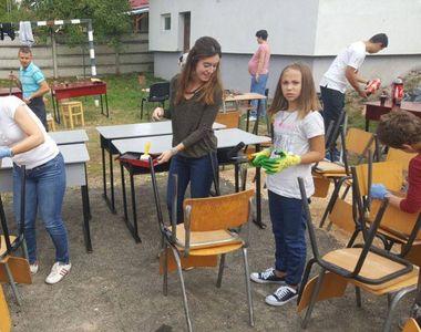 """Mai multi voluntari au reparat o scoala din Arad: """"Asa se schimba lucrurile"""""""