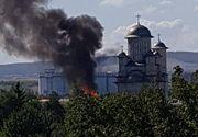 Incendiu violent in curtea unei biserici din Bacau. Fumul este vizibil de la mare distanta
