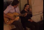 Primarul Nicolae Robu a cantat la chitara in centrul Timisoarei. Spectacolul facut de edil pe strazile orasului