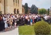 Cristian Pomohaci, aplaudat de aproximativ 150 de sustinatori la iesirea din sediul Mitropoliei Ardealului