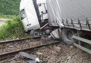 Trenuri pline cu calatori au fost blocate, dupa ce un TIR s-a rasturnat pe calea ferata. Traficul feroviar a fost intrerupt