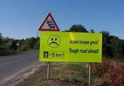 """Indicatoare cu texte ca """"Acum incepe greul"""" si """"Rezista"""", montate de drumarii din Timisoara pe un sector de drum greu de parcurs"""