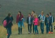 11 copii din Iasi sunt nevoiti sa mearga zilnic cate 5 kilometri pe jos pentru a ajunge la scoala - Autoritatile stiu de chinul lor, dar ridica din umeri - Asta e realitatea dura din tara noastra