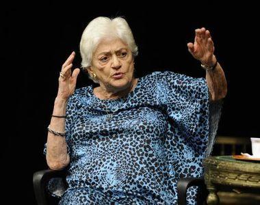 """Actori, studenti si prieteni i-au adus un omagiu """"reginei mama"""" Olga..."""