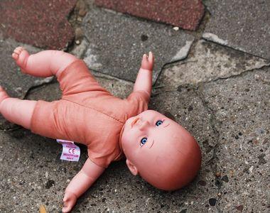 Bebelus de 18 luni, mort dupa ce a cazut de la etajul 6. O femeie de 23 de ani este...