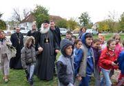 Copiii sarmani dintr-un sat din Timis primesc zilnic o masa calda si isi fac temele cu o invatatoare, cu sprijinul Mitropoliei Banatului