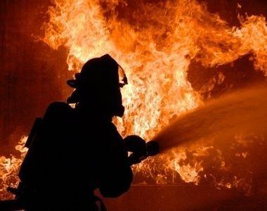 Incendiu puternic la o hala de vopsitorie din Prahova! Pompierii au intervenit cu 4...