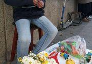 Povestea baiatului din Mioveni care-si vinde jucariile ca sa-si cumpere haine de iarna. Parintii sunt divortati, iar bunica isi varsa nervii pe el