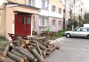Un oras din Romania care traieste ca in Evul Mediu: Lemnele de foc sunt urcate cu scripeti in apartamentele de bloc