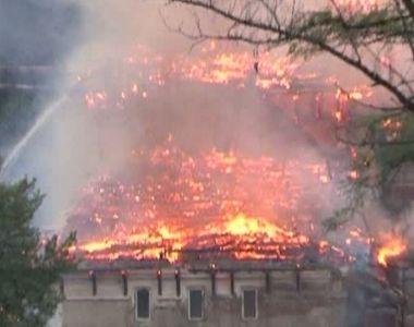 Incendiu la o casa si o pensiune in Moieciu de Sus. Flacarile risca sa se extinda la...