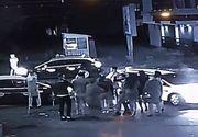 Scene desprinse din ringul de box, in fata unui club de distractii! Un taximetrist a batut mar doi barbati, punandu-i la pamant dintr-un pumn!