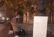 Batjocura crunta langa chipul marelui actor Gheorghe Dinica din Centru Vechi al Capitalei! Saci de gunoi au fost aruncati neglijent la baza statuii amplasate in memoria maestrului