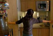 O brasoveanca, designer de mobila, a inventat bucataria care incape intr-un dulap