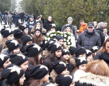 Cine sunt copiii care au fost la inmormantarea Stelei Popescu! Au purtat caciulite cu...