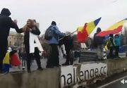 Protestatarii din Piata Victoriei demonteaza scena si gardurile instalate de angajatii municipalitatii pentru targul de sarbatori