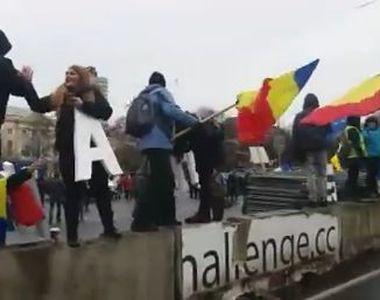 Protestatarii din Piata Victoriei demonteaza scena si gardurile instalate de angajatii...