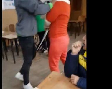 Elevul care si-a agresat profesoara a fost pus in libertate. Instanta a decis punerea...
