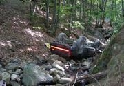 Un tanar si-a pierdut viata si alti trei au fost raniti dupa ce s-au rasturnat cu masina pe un drum forestier