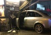 Accident grav in Iasi. Soferul unui Audi a intrat cu masina intr-un chiosc din centrul municipiului