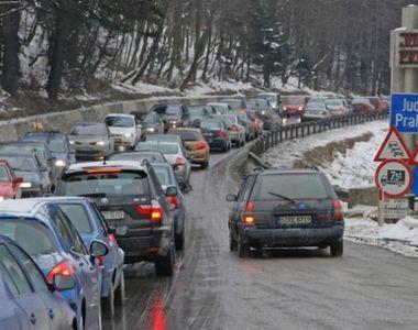 Trafic aglomerat pe Valea Prahovei. Se circula bara la bara