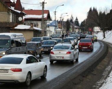 Aglomeratie pe Valea Prahovei, masinile circuland in coloana pe sensul spre munte