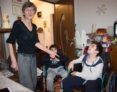 Prizonieri in propria casa! Doi fratiori din Vrancea, imobilizati in scaunul cu rotile,...