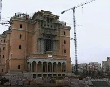 Catedrala Mantuirii Neamului se inalta mandra. Sute de muncitori lucreaza de zor pentru...