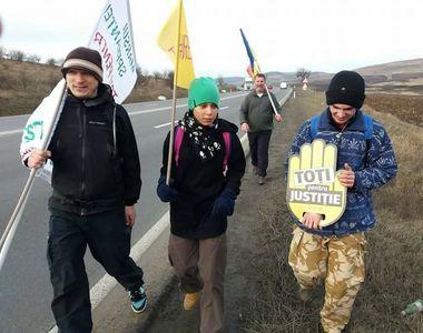 Clujenii care protesteaza mergand pe jos pana la Bucuresti au parcurs deja peste 100 de...