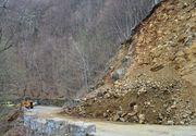 Trafic intrerupt pe drumul dintre Curtea de Arges si Baraj Vidraru din cauza caderilor de pietre de pe versant