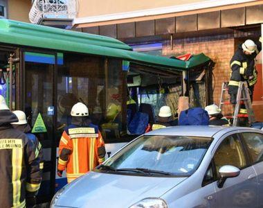43 de copii au fost raniti, dupa ce autobuzul care ii transporta spre scoala s-a izbit...