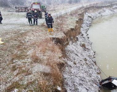 Un copil de 13 ani a murit inecat dupa ce masina in care se afla a plonjat in raul...