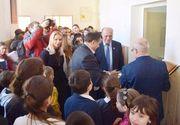 Primarul orasului Piatra Neamt a taiat panglica la inaugurarea unor WC-uri dintr-o scoala