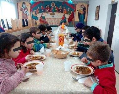 Un preot sustine ca nu va mai putea asigura 60 de portii de hrana calda pentru copii,...