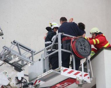 Un barbat s-a urcat dezbracat pe platforma Catedralei, strigand ca se va sinucide – Ce...