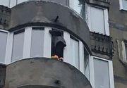 Misiune grea pentru pompieri! O femeie din Bucuresti a stat ore in sir pe pervaz amenintand ca se arunca de la etajul 6