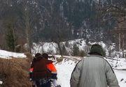 O femeie dintr-un catun din Apuseni a fost carata in spate de salvatori, pana la ambulanta – Motivul pentru care masina nu a ajuns pana la casa victimei este revoltator – Se intampla in Romania anului 2018